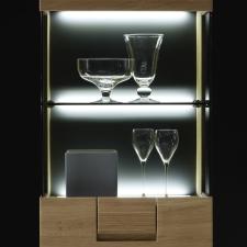 Celomasivní dubový nábytek DELGADO_detail osvětlení vitriny_obr. 42