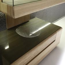 Celomasivní dubový nábytek DELGADO_detail vsazené skleněné horní desky u spodního dílu_obr. 48