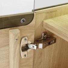 Celomasivní dubový nábytek DELGADO_detail závěsu dveří_obr. 50