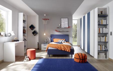 Dětský a studentský nábytek ESPERO (modrá varianta)_šatní skříň s posuvnými dveřmi (Vertiko-optika), š.243 cm_čalouněná postel 120 cm_noční stolek_psací stůl 90 cm_2x samostatně stojící regál s 5-ti policemi,v. 230 cm_1x sada stěnových regálů_obr. 2