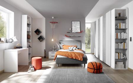 Dětský a studentský nábytek ESPERO (šedá varianta)_šatní skříň s posuvnými dveřmi (Vertiko-optika) 243 cm_čalouněná postel pruhovaná 120 cm_noční stolek_psací stůl 90 cm_2x samostatně stojící regál s 5-ti policemi, v. 230 cm_1x sada stěnových regálů_obr.7