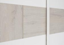 """Šatní skříň s posuvnými dveřmi_detail provedení """"pásu""""_bílý matný lak - dub beige imitace_obr. 4"""