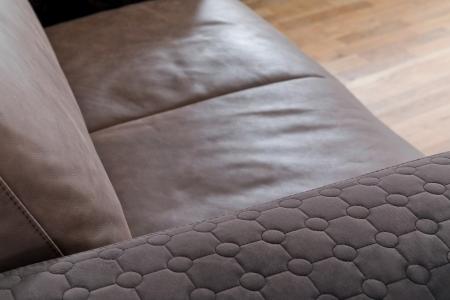 Sedací souprava LIVINGSTON_detail područky sedáku v kůži Cesano dark brown a područky v látce Dot dark brown_obr. 3