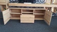 Obývací nábytek ALIVIO_ detail vnitřního uspořádání lowboardu_ foto prodejna_ obr 8