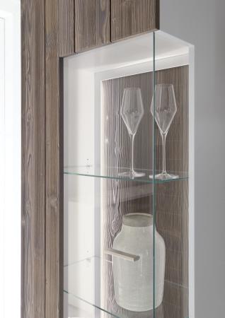 Obývací a jídelní sestavy CALABRIA basaltgrau-weiss_detail vitriny a LED osvětlení_obr. 12