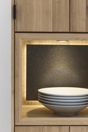 Obývací a jídelní nábytek LISBOA_detail vitriny s volitelným LED osvětlením LED-band a volitelným zádovým panelem z přírodního granitu_obr. 5