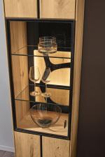 Obývací a jídelní nábytek VALERO_ detail vitríny s volitelnou zadní skleněnou plochou s ornamentem a LED osvětlením_ za příplatek_ obr. 24