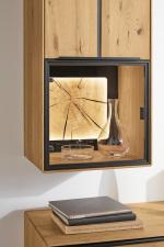 """Obývací a jídelní nábytek VALERO_ detail závěsné vitríny s volitelnou zadní skleněnou plochou s rámem s """"Hirnholz"""" a LED osvětlením_ za příplatek_ obr. 26"""