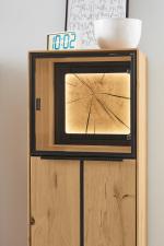 """Obývací a jídelní nábytek VALERO_ detail vitríny s volitelnou zadní skleněnou plochou s rámem s """"Hirnholz"""" a LED osvětlením_ za příplatek_ obr. 26"""