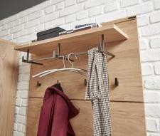 Předsíňový nábytek EMOTION_ detail šatního panelu s reelingem a háčky _obr. 7