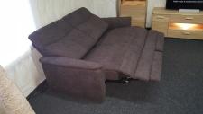 Sofa 3sed TAMPA 3611_(1,5sed medium AL - 1,5sed medium AR)_detail plně motorové funkce RELAX u obou sedadel_v látce Cosy dark brown_foto prodejna_obr. 10